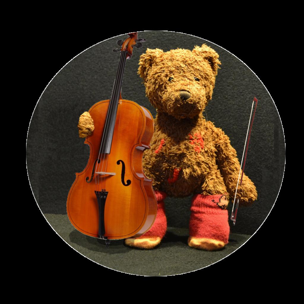 Musikraum. Maria der Bär mit Cello.